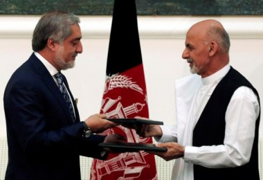 Afghan rival presidential candidates Abdullah Abdullah (L) and Ashraf Ghani exchange signed agreements for the country's unity government in Kabul September 21, 2014. REUTERS/Omar Sobhani
