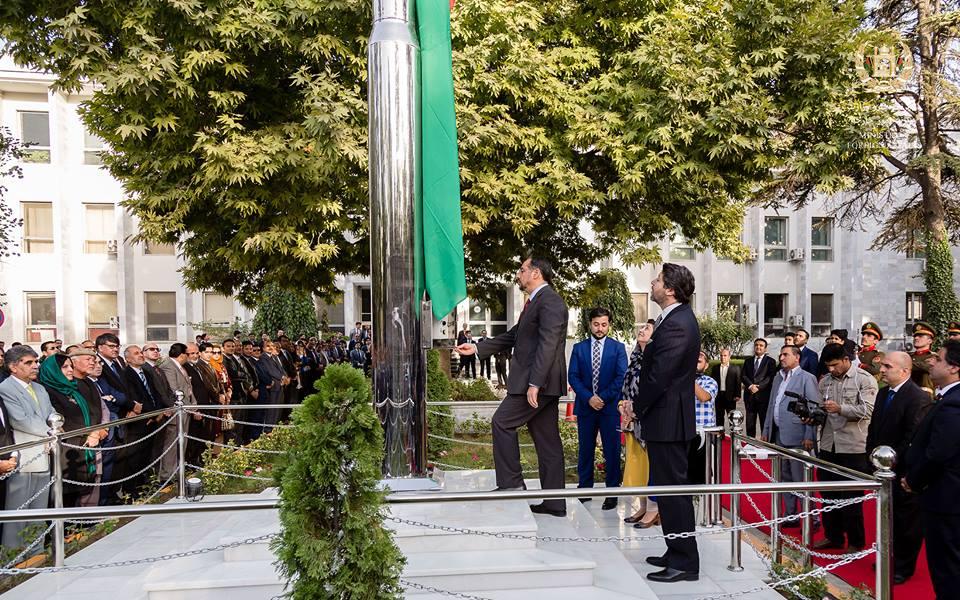 برچم ملی کشور از سوی صلاح الدین ربانی، وزیر خارجه برافراشته شد