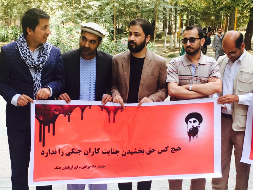 شماری از استادان دانشگاه، نویسندگان و شاعران نیز در این گردهمایی شرکت کرده بودند