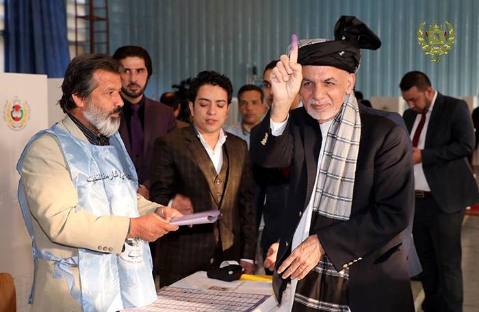 اشرف غنی، رییسجمهور افغانستان با انداختن رأیاش در صندوق رسماً روند رأیدهی را آغاز کرد