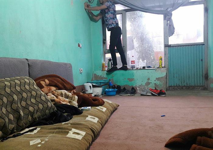 اتاقی در یکی از مسافرخانههای غرب کابل که نورالله و امین خاوری در آن زندگی میکنند