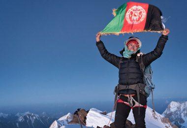 حنیفه یوسفی؛ اولین زن افغان که بر قلهی نوشاخ ایستاد