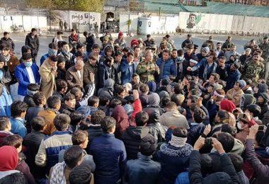 رو به دولت، پشت به طالبان؛ تظاهرات شبانه برای نجات آوارگان و حمله به طالبان