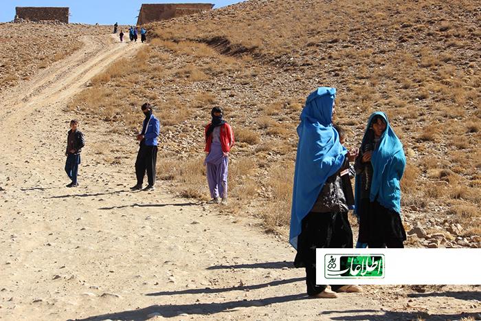 خانم سمت راست در تصویر، کودک یک و نیم سالهاش در منطقه جا مانده است.
