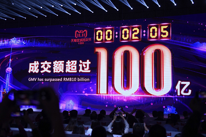 در چین چه چیزی را در یک ساعت میتوان بهدست آورد؟ پاسخ امروز کاملا متفاوت از پاسخ 70 سال پیش است؛ زمانی که جمهوری خلق چین تأسیس شد. «ژاو شونهوا»، کشاورز 53 سالهای است که در استان «هونان» چین زندگی میکند. او میتواند با ماشین درو خود در یک ساعت برنجِ نزدیک به 0.2 هکتار زمین را برداشت کند. این تقریبا 30 برابر سریعتر از گذشته است، زمانی که آقای شونهوا همین مقدار کار را بهصورت دستی انجام میداد. او میگوید: «هنوز میتوانم روزهای قدیم را به یاد بیاورم؛ روزهایی که قبل از طلوع آفتاب کارم را در مزرعه شروع میکردم، در طول روز گرمای آفتاب پوستم را میسوختاند، اما فقط میتوانستم محصولم را برداشت و مزرعه را برای فصل بعدی کشت کنم.» در هر ساعت در نیمهی اول سال 2019، هر فرد چینی 7.4 یوان (حدود 1 دالر) به تولید ناخالص داخلی چین کمک کرده است که 500 برابر بیشتر از سال 1952 است. امروزه مصرفکنندگان چینی 1.1 میلیون یوان را در هر ساعت صرف خرید آنلاین میکنند، درحالیکه کل خردهفروشی کالاهای مصرفی این کشور در سال 1952 فقط 3 میلیون یوان بود. اکثر مردم چین در سال 1949 هرگز تصور نمیکردند پا به خاک یک کشور خارجی بگذارند در حالیکه امروز در چین در هر ساعت 19 هزار سفر توسط مسافران چینی به خارج از کشور صورت میگیرد. امروزه خروجی سالانه یک معدن در ناحیه «شنمو» که یکی از پایگاههای اصلی تولید ذغال سنگ در استان «شانشی» در شمالغرب چین است، بالاتر از کل تولید ذغال سنگ چین در سال 1949 است. از این معادن به طور متوسط در هر ساعت 3700 تن ذغال سنگ بهدست میآید. چین هفتاد سال پس از تأسیس جمهوری خلق چین، با داشتن بزرگترین ذخایر ارزی، بزرگترین نظام تأمین اجتماعی و بیشترین میزان تولید محصولات صنعتی، به دومین اقتصاد بزرگ جهان تبدیل شده است. با نگاهی به آینده و گذر زمان، معجزات بزرگتر چینی وعدهی ظهور میدهند.