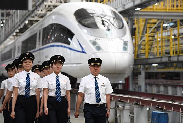 هفتاد سال پیش، چین کشوری بود عقبمانده و وابسته به زمین و کشاورزی که نمیتوانست جمعیتش را سیر کند، اما چین امروز یک حلقهی ضروری در زنجیره صنعت جهانی است و هرچیزی را، از اقلام مورد نیاز روزمره گرفته تا قطارهای سرعت بالا تولید و صادر میکند. در این مطلب، تغییرات ساختاری در قدرت صنعتی چین و محرکهای این تغییرات بهصورت مختصر مورد بحث قرار گرفته است که میتوان از آن آیندهی صنعتی این کشور را پیشبینی کرد. «کارخانهی جهان» چگونه ساخته شد؟ از داشتن صنعت معدن، نساجی و برخی صنایع تولیدی ساده گرفته تا تقریبا تمام کتگوریهای صنعتی، ظهور چین بهعنوان «کارخانه جهان» محصول هزینهی پایین کار و تولید در مقایسه با کشورهای توسعهیافتهی جهان است. اصلاحات و فراهمشدن فرصتهای سرمایهگذاری در اواخر دهه 1970 این امکان را برای کارآفرینان ماجراجو در شهرهای ساحلی فراهم کرد تا کسبوکارهای خودشان را آغاز کنند و با غلبه بر مشکلات، کارگاههای کوچکشان را با موفقیت به شرکتهای بزرگ تولیدی تبدیل کنند. از آن زمان، سکتور تولیدی چین شروع به رشد کرده است. دادههای بانک جهان نشان میدهد که چین از نظر ارزش افزوده در سال 2010 از ایالات متحده بهعنوان بزرگترین کشور تولیدکنندهی جهان پیشی گرفته و تا کنون مقام اولش را حفظ کرده است. چین چگونه زنجیرهی ارزش صنعتی خود را تقویت کرد؟ چین با ورود به قرن بیستویکم شروع به تمرکز روی سکتورهای تولیدی پیشرفته و تکنولوژیبالا کرد که به تدریج یک نظام صنعتی مدرن شکل گرفت. جدا از برچسب سنتی «ساخت چین» در قفسههای فروشگاه، امروزه قطارهای سرعت بالا و موادهای نیمهرسانای تولید چین نیز در حال تسخیر بازار است. در سال 2017، درآمد عملیاتی اصلی سکتور تکنولوژی چین به 15.9 تریلیون یوان (حدود 2.2 تریلیون دالر) رسید که بیش از اندازهی تعیینشده و 55.8 درصد بالاتر از مدت مشابه در سال 2012 بود. این رشد سریع را میتوان به سرمایهگذاری مستمر در زمینههای تحقیق و توسعه نسبت داد که مخارج آن در مدت مشابه با 83.6 درصد افزایش به 318 میلیارد یوان رسیده است. قدرت صنعتی چین چگونه به «آیندهی مشترک» کمک خواهد کرد؟ طی دهههای گذشته، توسعه صنعتی چین از همکاری آزاد با کشورهای دیگر سود برده است و قدرتمندشدن صنعت چین به نوبهی خود به ایجاد فرصتهای بیشتر برای سایر بازیگران در بازار کمک خواهد کرد. در جون 2019، چین بهطور رسمی شروع خدمات ت