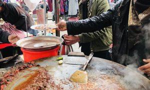 رونق بازار غذای ناسالم کنار جادهای در کابل