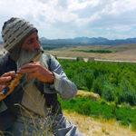پیرمردی که با نی، اندوه کشتهشدن فرزندانش را تسکین میدهد