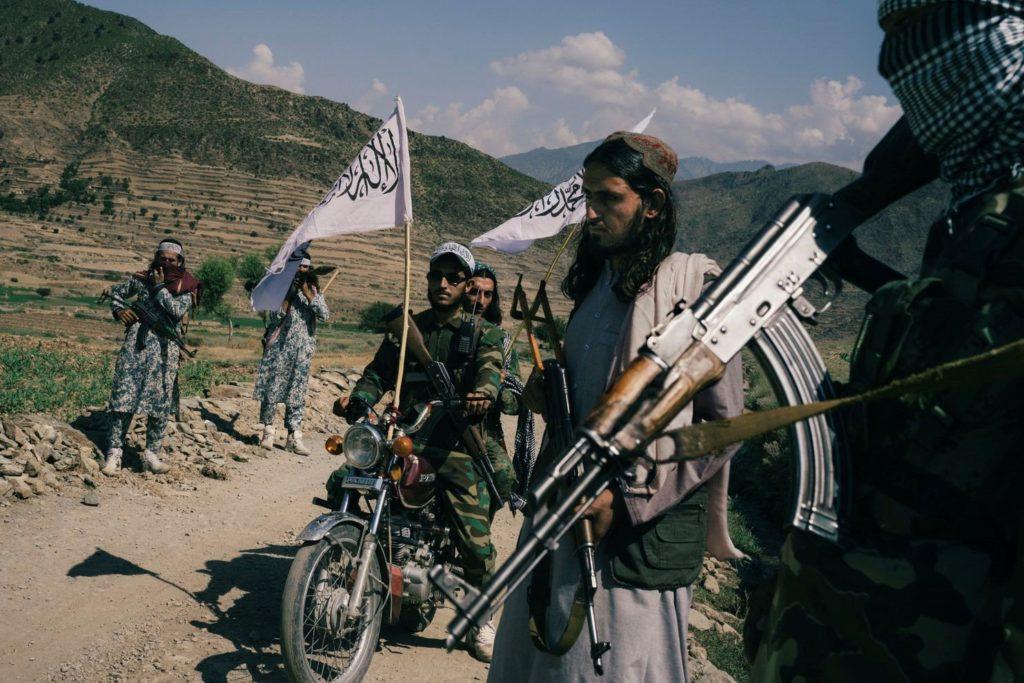 گروهی از جنگجویان طالبان با سلاح های پیشرفته خود، خودنمایی میکنند.
