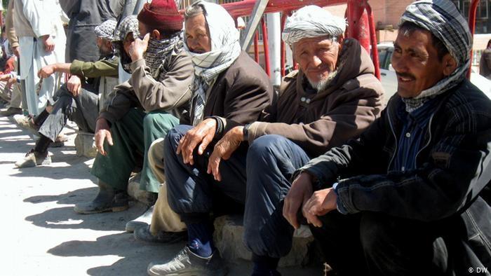 با شیوع ویروس کرونا در افغانستان، 60 درصد بنگاههای اقتصادی با سقوط مواجه شده است. طبق آمار رسمی نرخ بیکاری نیز از 24 درصد امسال به 35 درصد رسیده است.