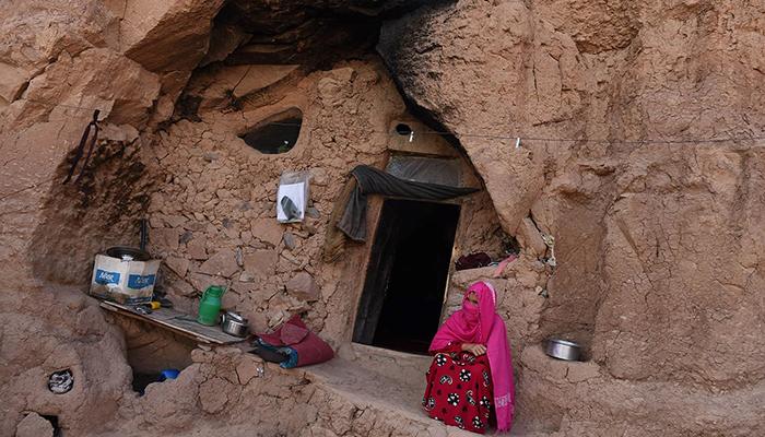 حدود هفتصد خانوادهی بامیانی بهدلیل فقر و نداشتن مسکن در مغارهها زندگی میکنند. عکس: DAWN