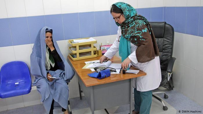 زنان باردار از پایینبودن کیفیت خدمات صحی، آلودهبودن محیط مراکز درمانی و برخورد نادرست داکتران شاکیاند.