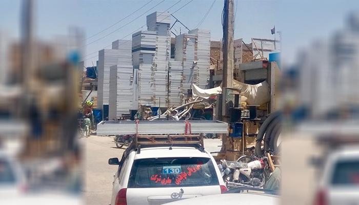 فروشگاهی در لشکرگاه که پنلهای خورشیدی را برای فروش انبار کرده است (منبع: بیبیسی)