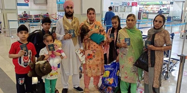 دومین گروه شهروندان هندو و سیک افغانستان را ترک میکند