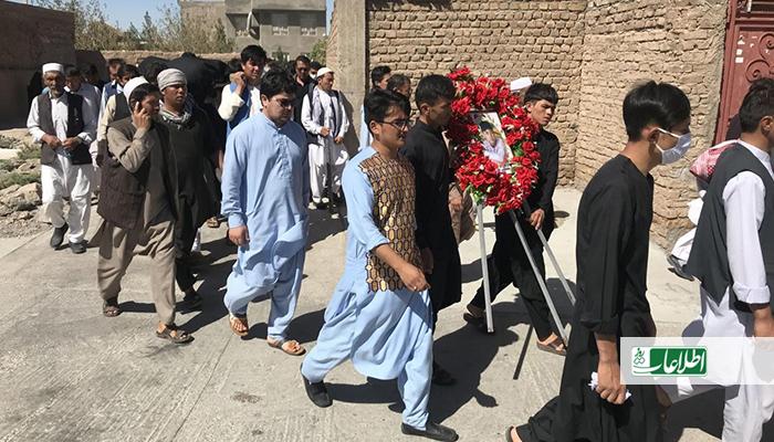 بستگان مصطفا، جسدش را به مسجد منتقل میکنند. او 17 سال سن داشت و پس از اصابت مردمی در سرش جان باخت. پدر و مادرش نیز زخمی شدند