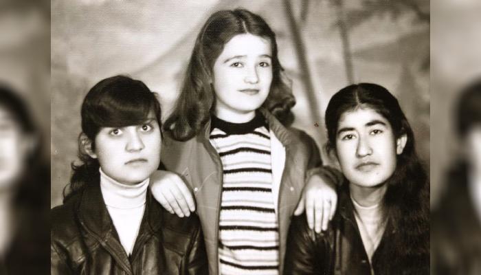 وکیله (سمت راست) دانشجوی دانشکدهی طب دانشگاه کابل با همکلاسیهایش داکتر مینا و داکتر شفیقه در دهه 60 خورشیدی/ عکس ارسالی به اطلاعات روز