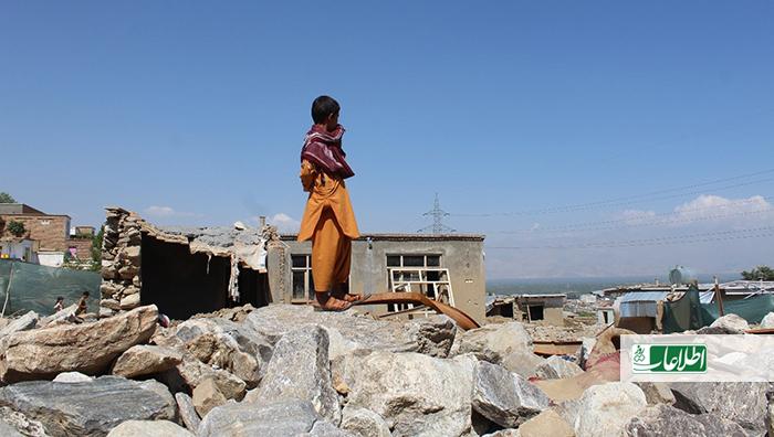 بکتاش سوار بر سنگهایی که حویلیشان را پر کرده، دقیقهها به خانهاش که ویران شده نگاه میکرد