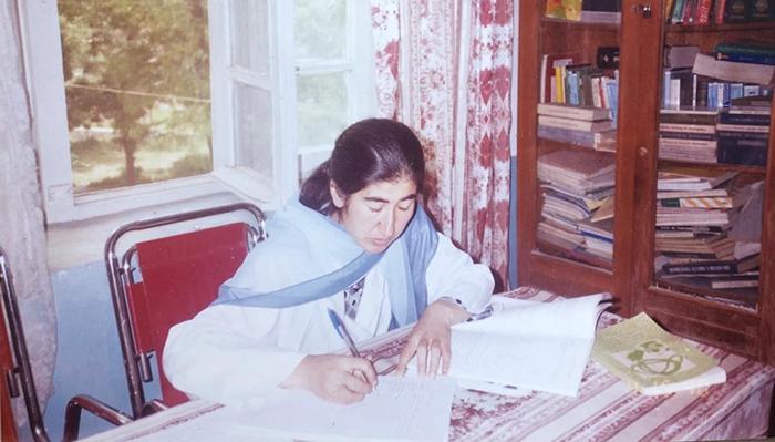 داکتر وکیله در کتابخانهی شفاخانهی دولتی بدخشان در سال 1374 خورشید/ عکس ارسالی به اطلاعات روز