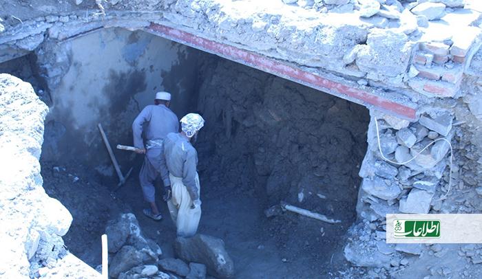 دو پیرمرد در جستوجوی پیدا کردن جسد یک دختر جوان، گل و لای یک اتاق زیرزمینی را خارج میکنند