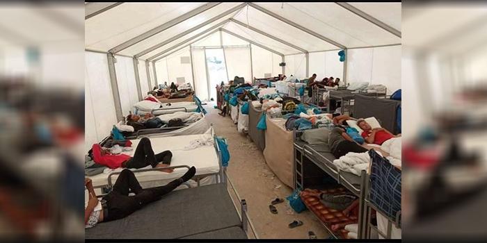 داخل یک خیمهی پناهجویان افغان در اردوگاه قرهتپه جدید که چندین نفر در آن زندگی میکنند/ عکس: نوری هزارستانی
