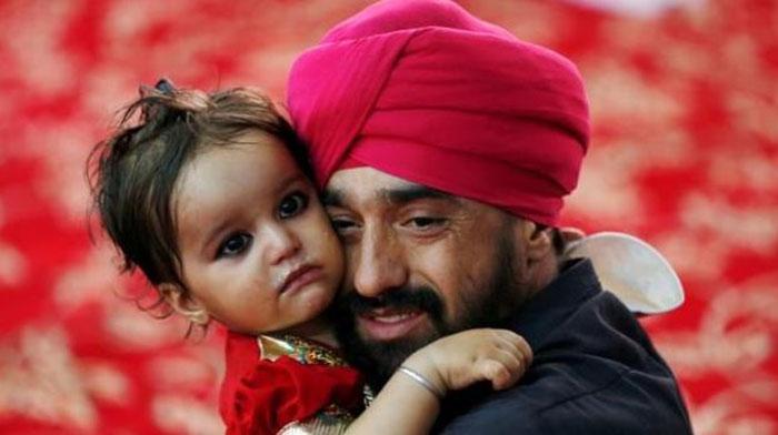 تصویر معروف یک پدر سیک که بعد از یک حادثهی تروریستی با چهرهی پر از اندوه فرزندش را در آغوش گرفته است/ عکس: شبکههای اجتماعی