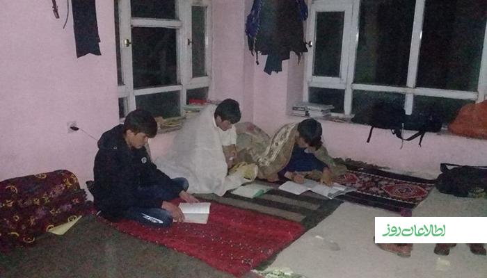 این دانشآموزان که از ولایتهای مختلف برای آمادگی کانکور به کابل آمدهاند، در شرایط سخت و سختکوشی زیاد درس میخوانند.