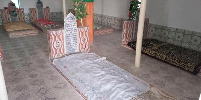 قبر محمدنعیم فاروق همراه با یک برادر و سه فرزندش در قریه سورکی ولسوالی زرمت/ عکس: ارسالی به اطلاعات روز