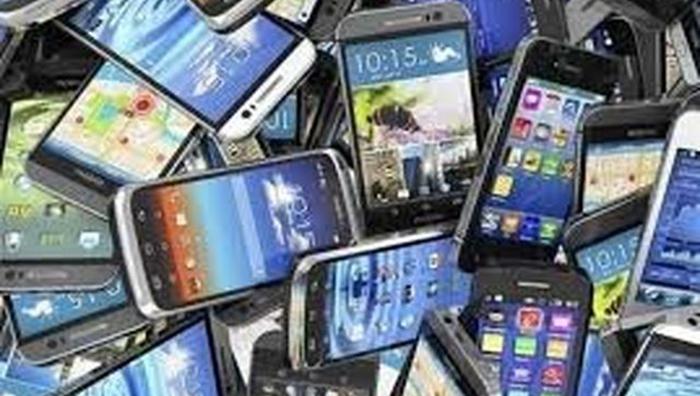 این روزها بازار فروش تلفنهای دسته دوم در کابل داغ است – عکس: از شبکههای اجتماعی