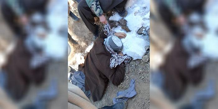 عکس منسوب به عزتالله بیک در شبکه اجتماعی فیسبوک همرسانی میشود که نشان میدهد دستان آقای بیک پشت سرش با یک دستمال بسته شده و وی روی زمین افتاده است.