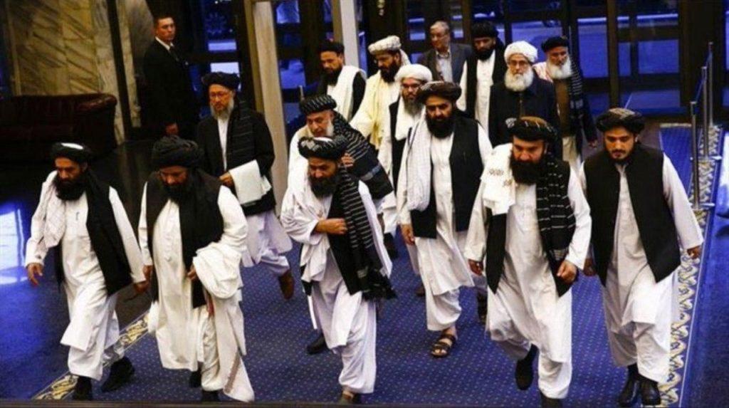 طالبان به عدول از دو تعهد اصلیشان در توافقنامهی دوحه متهم است؛ افزایش میزان خشونت در افغانستان و دوام اتحاد با شبکهی القاعده که به نقل از وزارت خزانهداری ایالات متحده به «قویترشدن» این شبکه منجر شده است. عکس از شبکههای اجتماعی