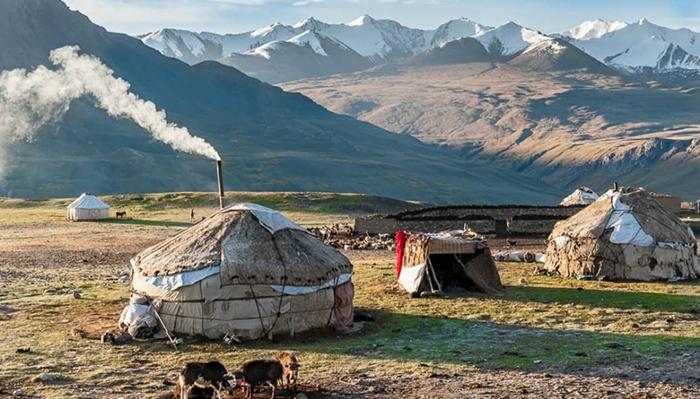 سردی هوا و صعبالعبور بودن راههای ارتباطی، باشندگان واخان را در تنگنا قرار داده است و اغلب این باشندگان در گرسنگی مفرط به زندگی شان ادامه میدهند. عکس: Alessandro Bergamini