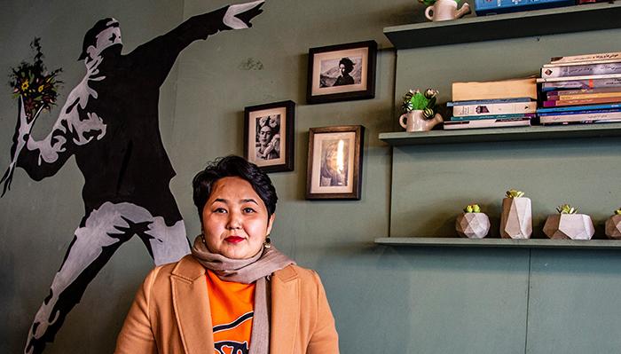 مینا رضایی حدود سه سالونیم پیش «کافه سمپل» را در کابل تأسیس کرد. او با خلاقیت و نوآوریاش ثابت کرد که زنان در جامعه سنتی افغانستان میتوانند با موفقیت رستوران تأسیس و اداره کنند. عکس از مریم عالمی/FES