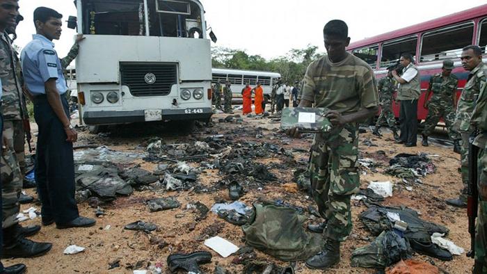 در این عکس یک سرباز ارتش سریلانکا در محل انفجار انتحاری ببرهای تامیل، آوارها را بازرسی میکند. عکس از آسوشتید پرس
