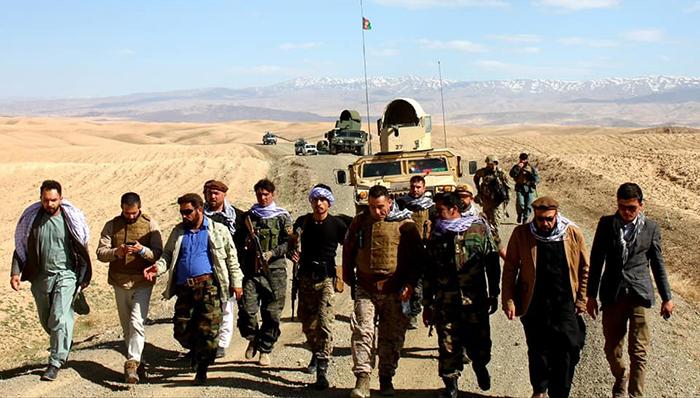 عبدالظاهر فیضزاده، والی غور در نخستین بازدید از منطقه غرب شهر فیروزکوه و پاسگاههای «خارستان» با کمین گروه طالبان مواجه شد. عکس: اداره محلی غور
