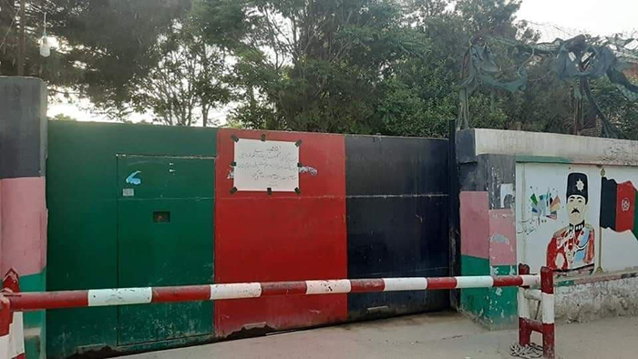 دروازه شهرداری قلعهنو، بهدلیل تأخیر در پرداخت معاشات کارمندان این نهاد مسدود شد. عکس: شبکههای اجتماعی