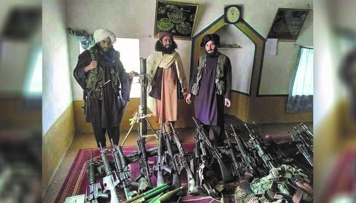 حبیبالرحمان ملکزاده، فرمانده پولیس تیوره میگوید که حدود 1800 جنگجوی طالب در نزدیکی مرکز این ولسوالی تجمع کردهاند. عکس: شبکههای اجتماعی