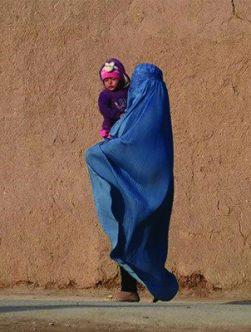 آیا اسلام حکم میکند که زنان را محارم شرعی همراهی کنند؟