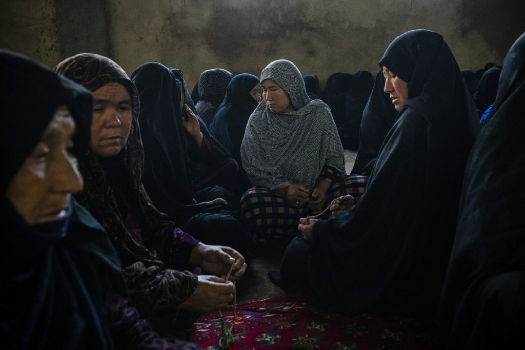سوگواری زنان هزاره در کشتهشدن گروهی کودکان دانشآموز
