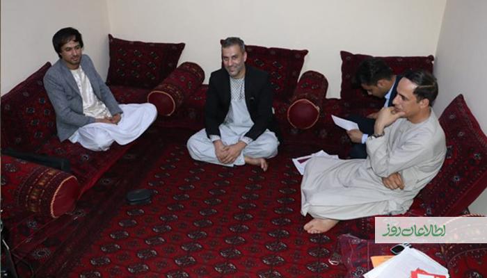 دوستان احمدشکیب برای بازدید وی به خانهاش پس از رهاشدن از نزد طالبان آمدهاند.