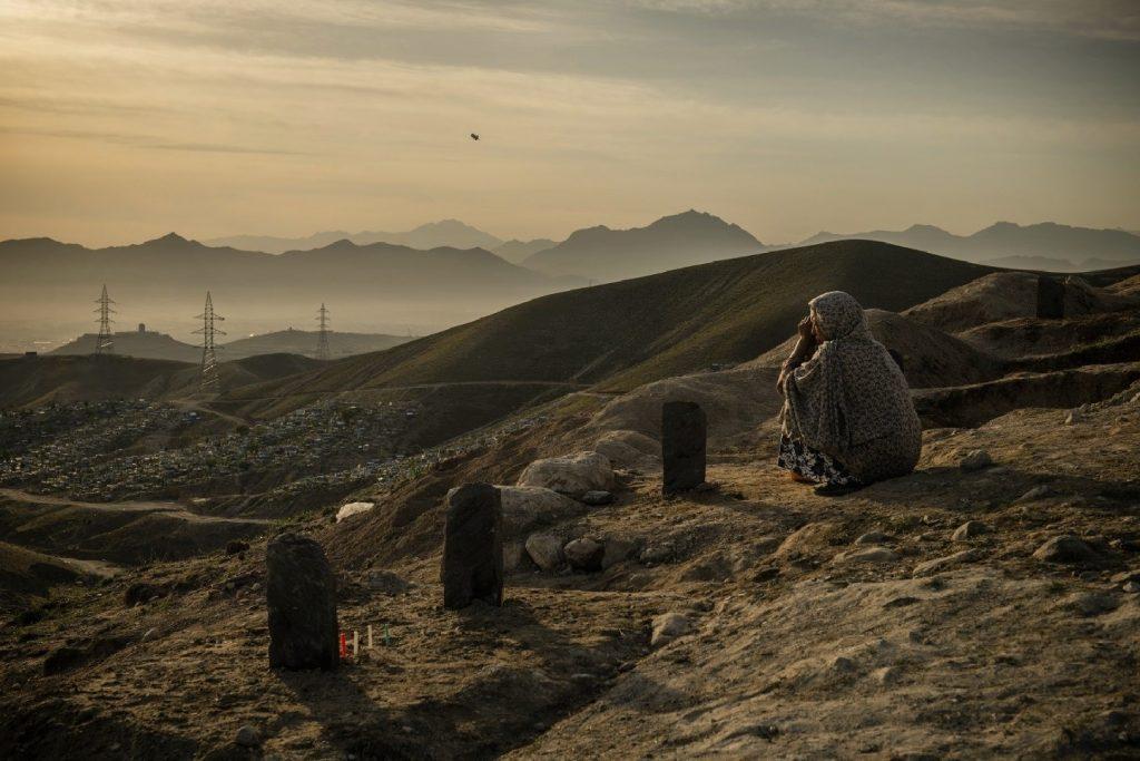 شامگاه یک روز پس از حملهی خونبار به مکتب سیدالشهدا در غرب کابل