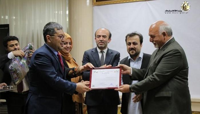 محمدطاهر زهیر، به تاریخ 23 حمل سال روان، با اعطای سپاسنامه از کارکردهای آقای باوری قدردانی کرد. عکس از وبسایت وزارت اطلاعات و فرهنگ.