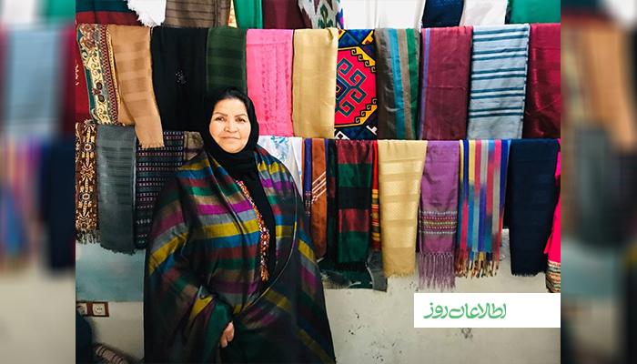 صدیقه تمسکی، یکی از فروشندگان پوشاک ابریشمی در ولایت هرات است.
