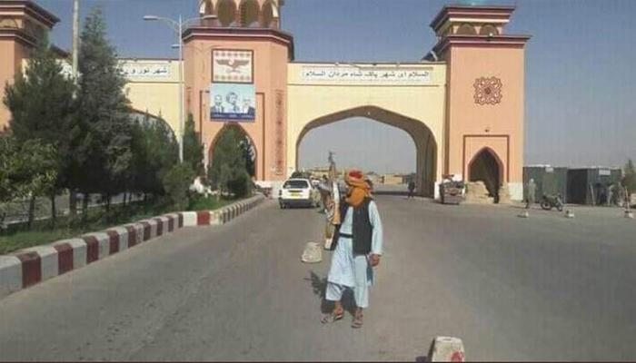 گرفتن عکس توسط چند جنگجوی گروه طالبان در یکی از دروازههای شهر مزار شریف نمونهی بارز جنگ تبلیغاتی این گروه در روزهای اخیر گفته میشود. عکس از شبکههای اجتماعی