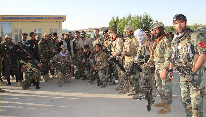 برای مدیریت جنگ ولسوالی دولینه، روز یک شنبه ۱۶ جوزا دهها نیروی کماندو وارد شهر فیروزکوه شدند. عکس: اداره محلی غور