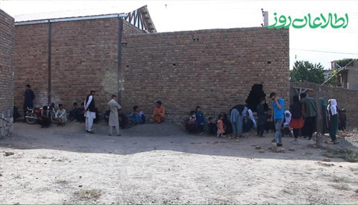 تعدادی از آوارگان جنگ مالستان در غرب کابل در دکانهای خالی و بدون امکانات زندگی میکنند.