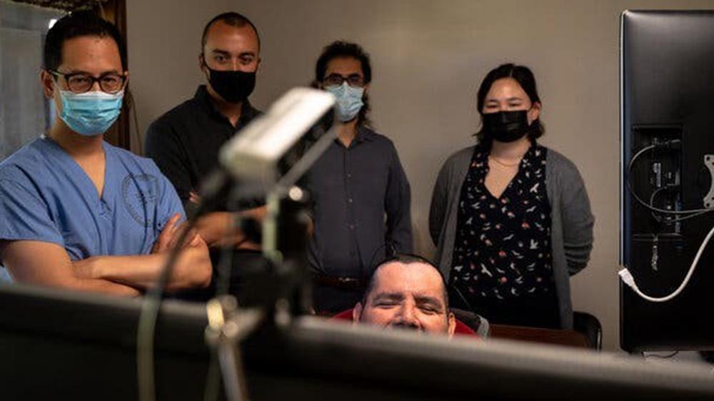 پانچو در جلسهای با محققان، از جمله، از سمت چپ، داکتر چانگ، شان متزگر، دیوید موسی و جسی آر لیو. دکتر موسی گفت: «او واقعا یک پیشگام است.» عکس از: مایک کای چن برای نیویورک تایمز